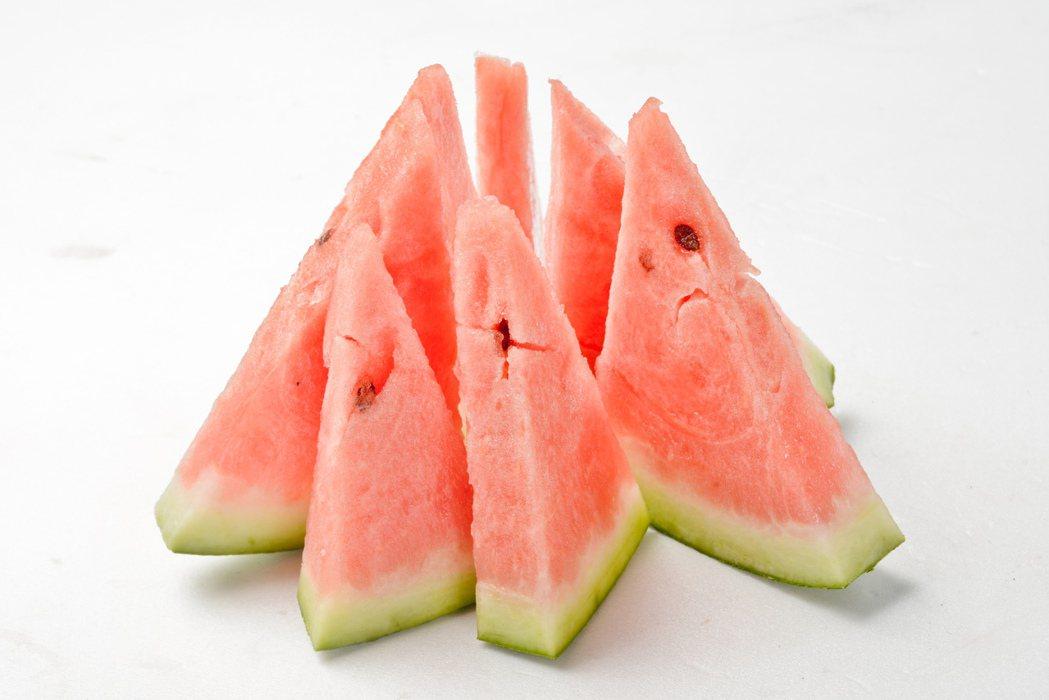 好的西瓜可以透過瓜皮來檢視健康度,皮較白的不要選,生病的可能性較高;西瓜底部則是...