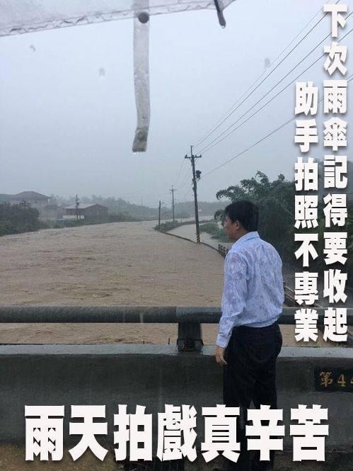 眼尖網友幫黃國昌貼出的照片配上KUSO旁白,諷刺他作秀作很大。 圖/取自網路