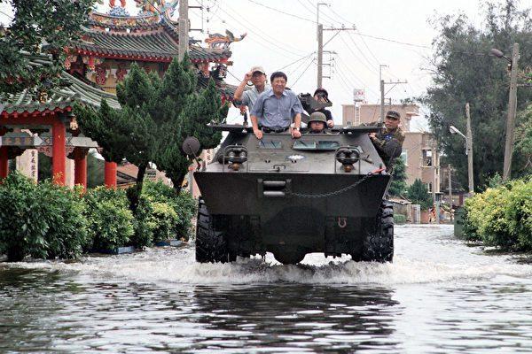 前立委蔡啟芳也曾搭乘軍方的水陸兩用裝甲車到嘉義勘災,被民眾罵翻。 圖/報系資料照