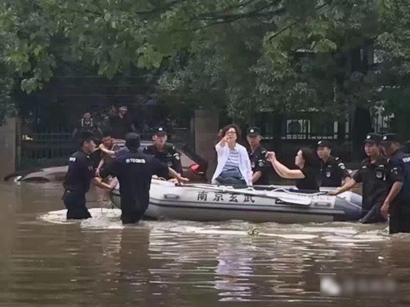 去年南京暴雨洪災,一名女性副區長坐橡皮艇視察災情,被踢爆要7名特警推船,還安排一...