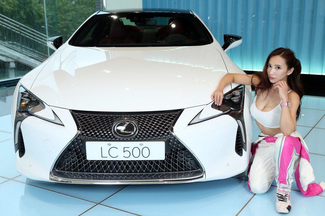 Lexus LC雙門跑車與性感賽車女神安小蕎。 記者陳瑞源/攝影
