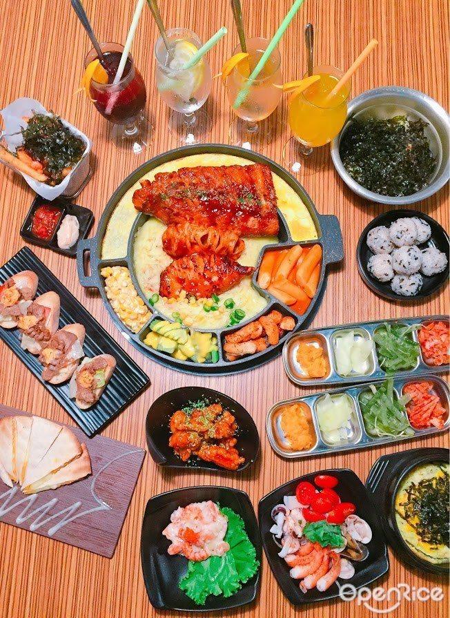▲一口豬肋排、一口板烤花枝,多重滋味在口中爆發,滿足想要同時吃肉又想大嗑海鮮的欲...