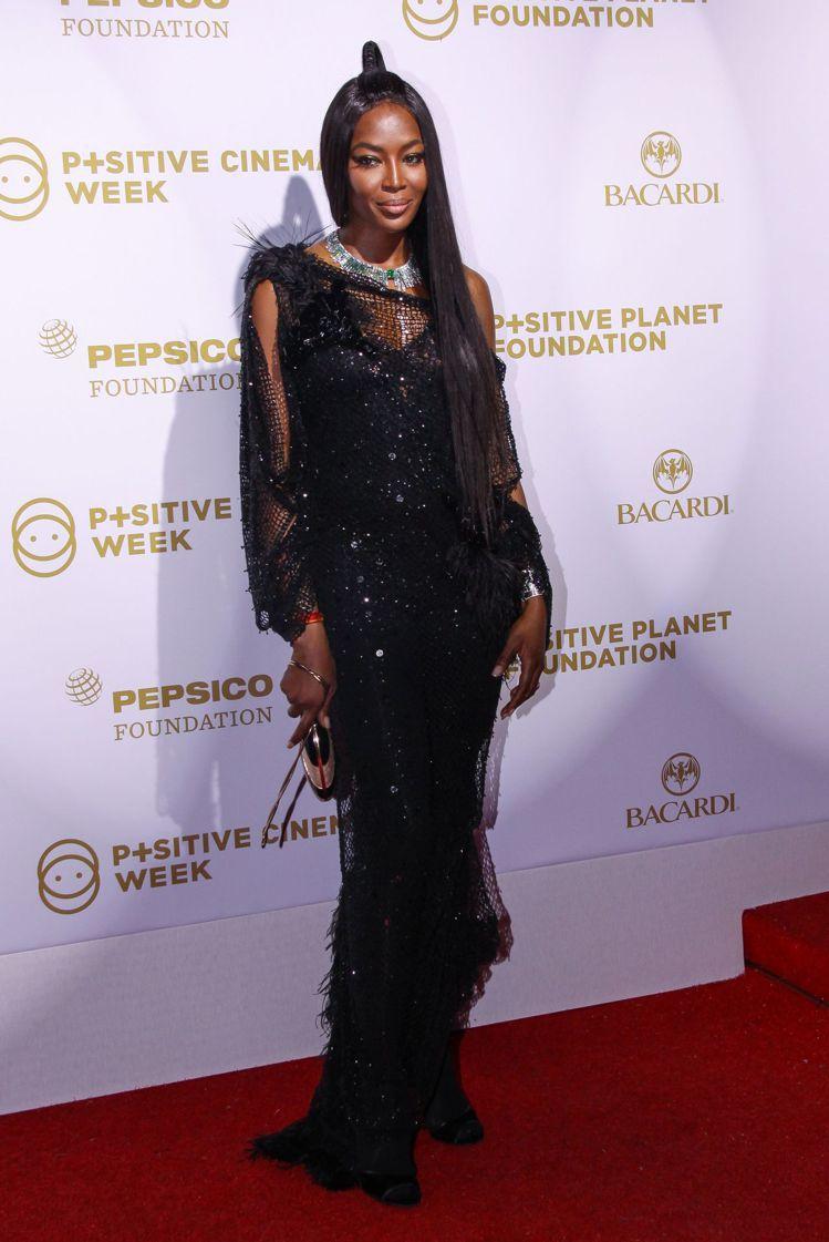 歐蜜坎貝爾身穿Givenchy高級訂製服,展現時髦風采。圖/Givenchy提供