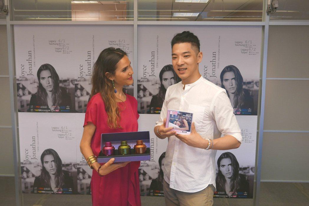 喬伊絲(左)與王大文演唱會前先見面, 大文貼心送上台灣茶葉。圖/環球提供