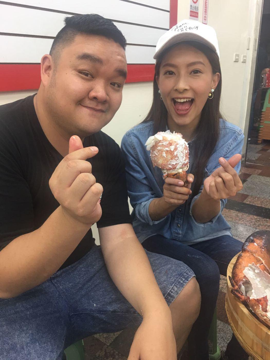 陳瑋薇(右)在主持行腳節目爆料學弟林道遠曾追過自己的好姐妹。圖/齊石提供
