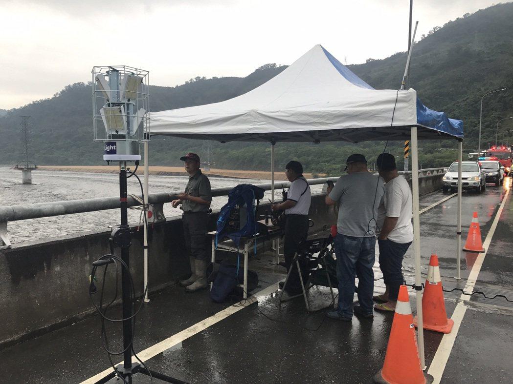 警消在鹿鳴橋上使用空拍機搜尋受困民眾。圖/台東縣消防局提供