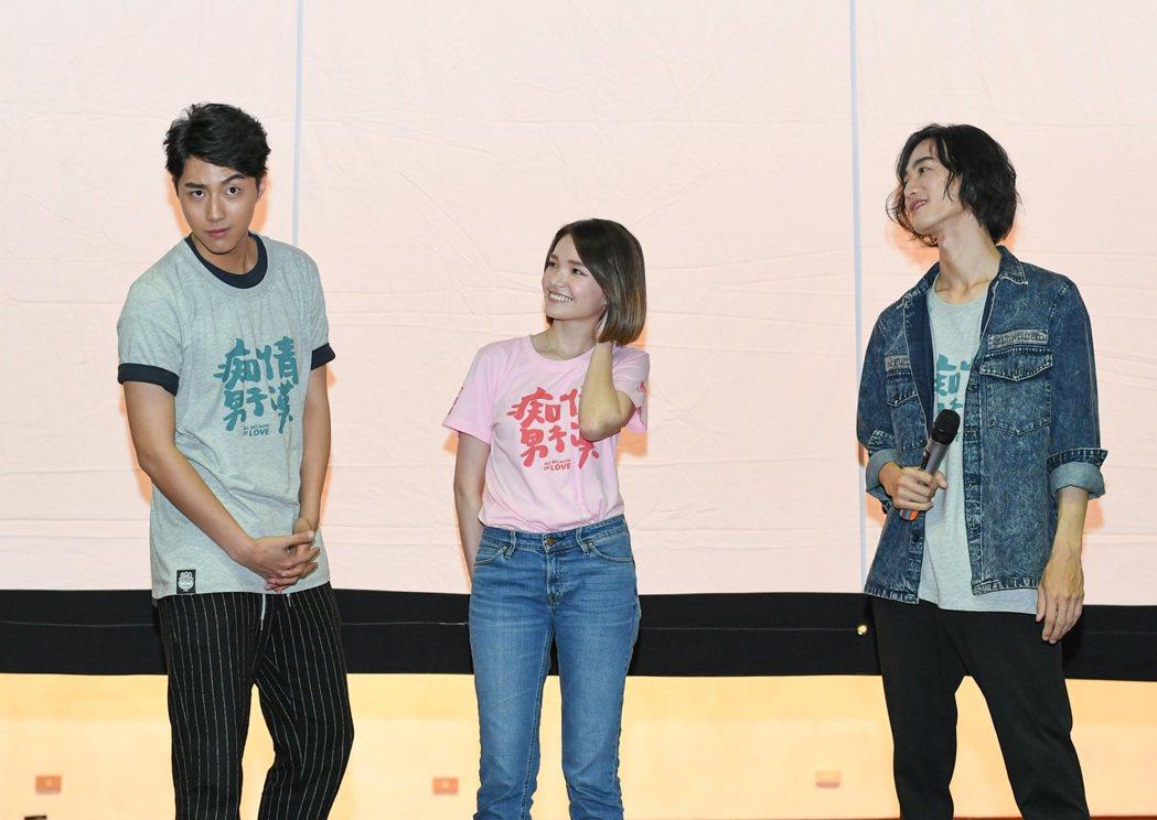蔡凡熙(左)模仿李英宏(右)片中耍狠。圖/牽猴子提供