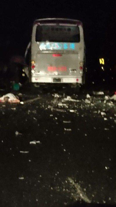 國道三號竹山交流道路段2日晚間發生客運車和貨櫃車追撞事故,警消出動吊車救援。圖/...