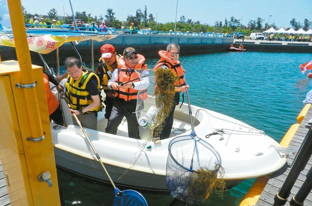 嘉縣副縣長吳芳銘帶隊在沿海清除海洋垃圾。 圖/嘉縣環保局提供