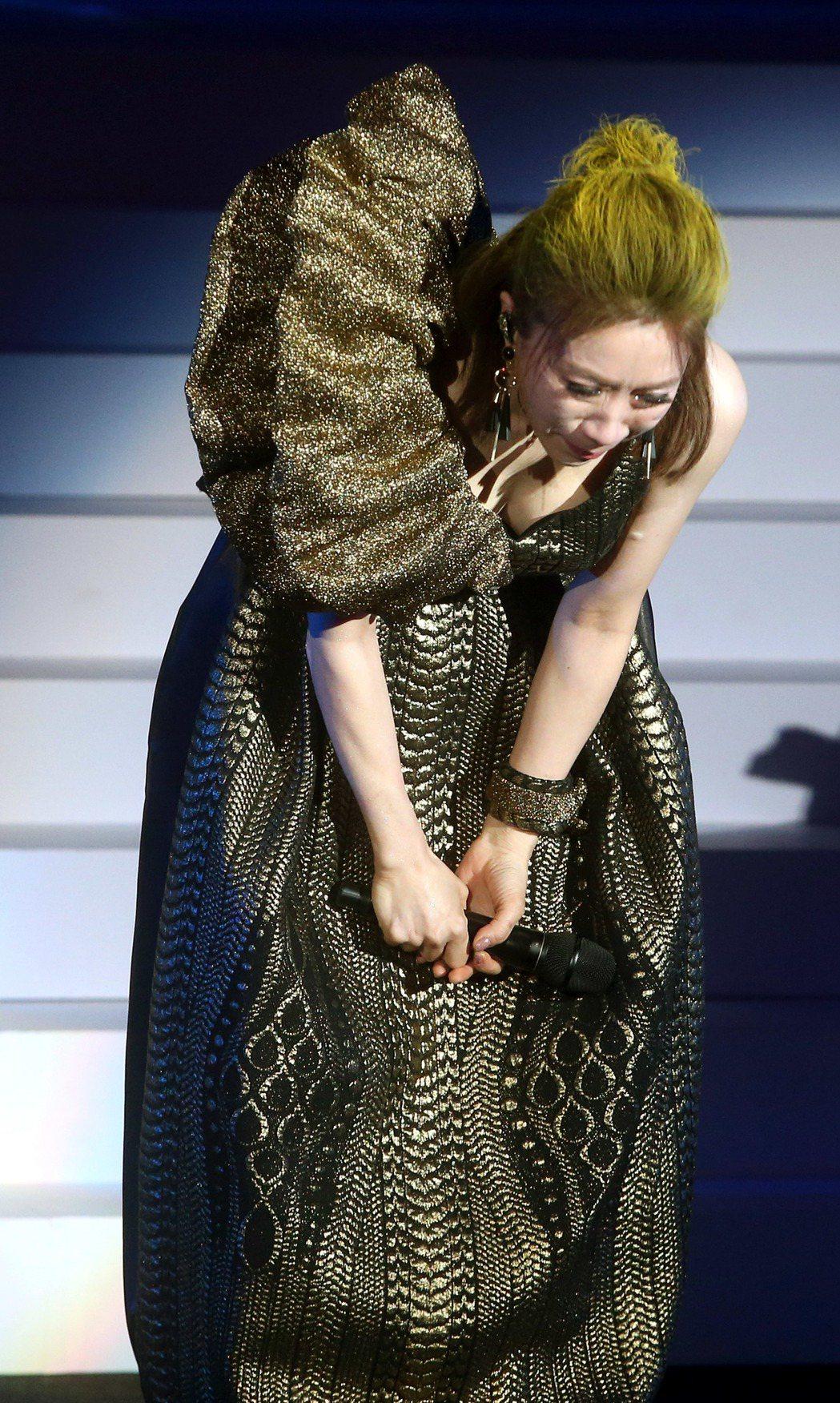 李翊君3日晚間在台北舉辦「翊.往.情.深」演唱會,對於冒著大雨來聽演唱會的粉絲,...