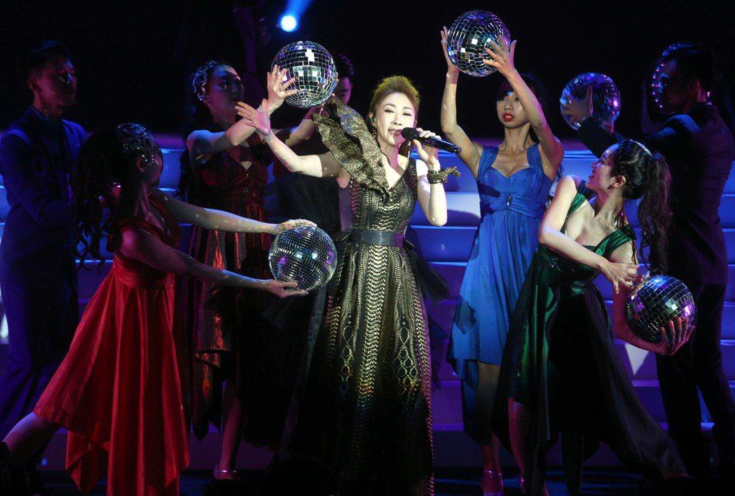 李翊君3日晚間在台北舉辦「翊.往.情.深」演唱會,開場禮服小露事業線,以五段經典...