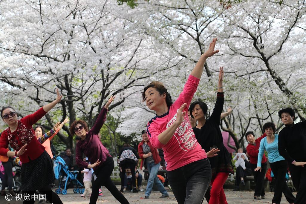 中國大媽們怡然自得地在廣場上翩翩起舞。 (視覺中國)