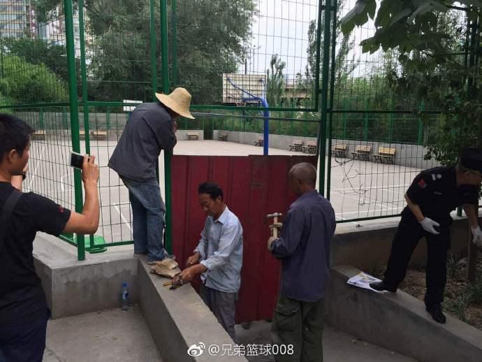 引起肢體衝突的王城廣場籃球場暫時被公園管理單位封閉。 (取自網路)