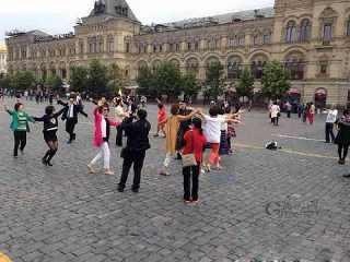 中國大媽們跑到國外、著名的莫斯科紅場跳起廣場舞來。 (取自網路)