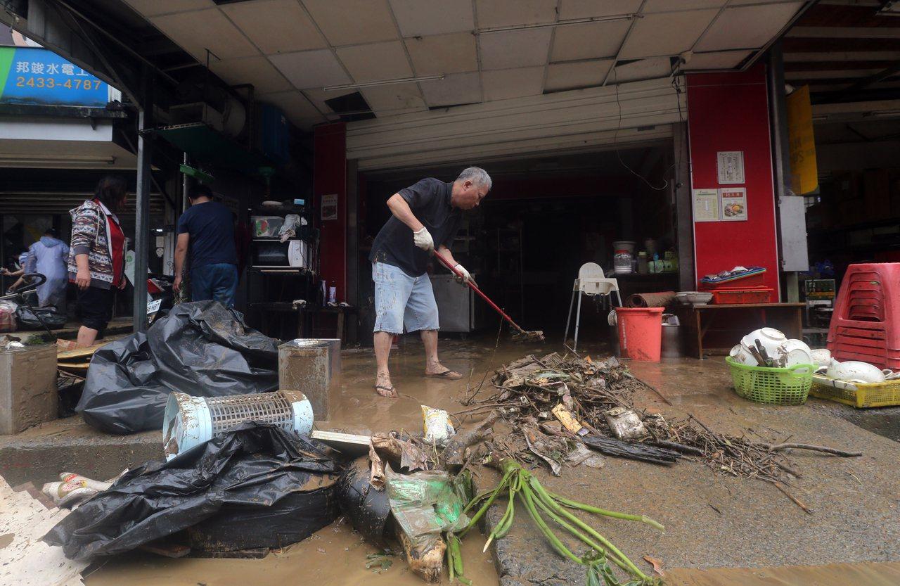北部地區昨天的一場暴雨,讓北海岸沿線各地都有淹水災情,在大水退去後,受災居民開始...
