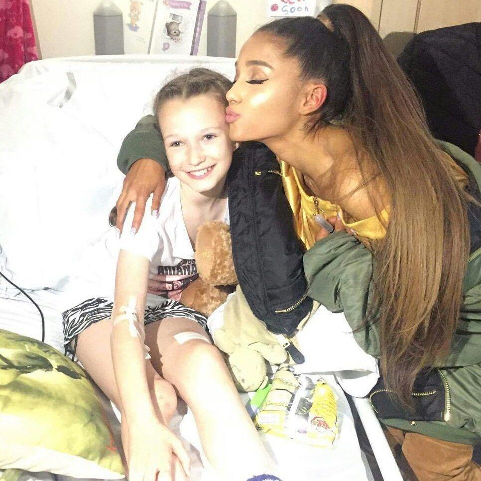 亞莉安娜前往兒童醫院探視爆炸案傷患,讓小歌迷相當驚喜。 圖/擷自推特