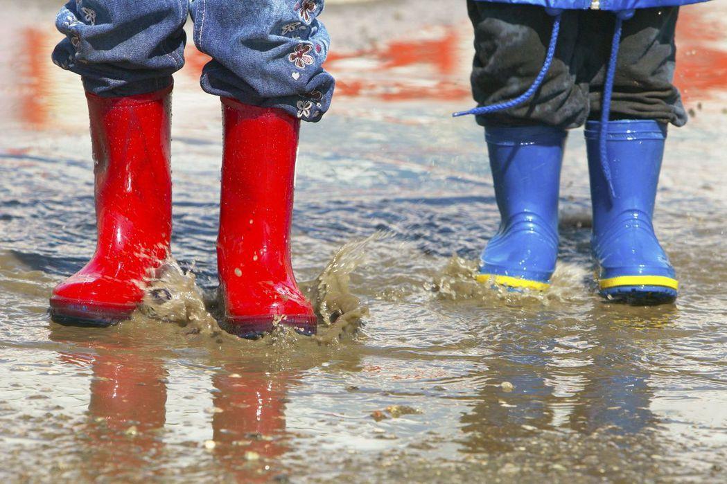 示意圖。各地紛傳豪雨災情,疾管署提醒,豪雨後易有傳染病發生,清潔應戴防水手套、穿...