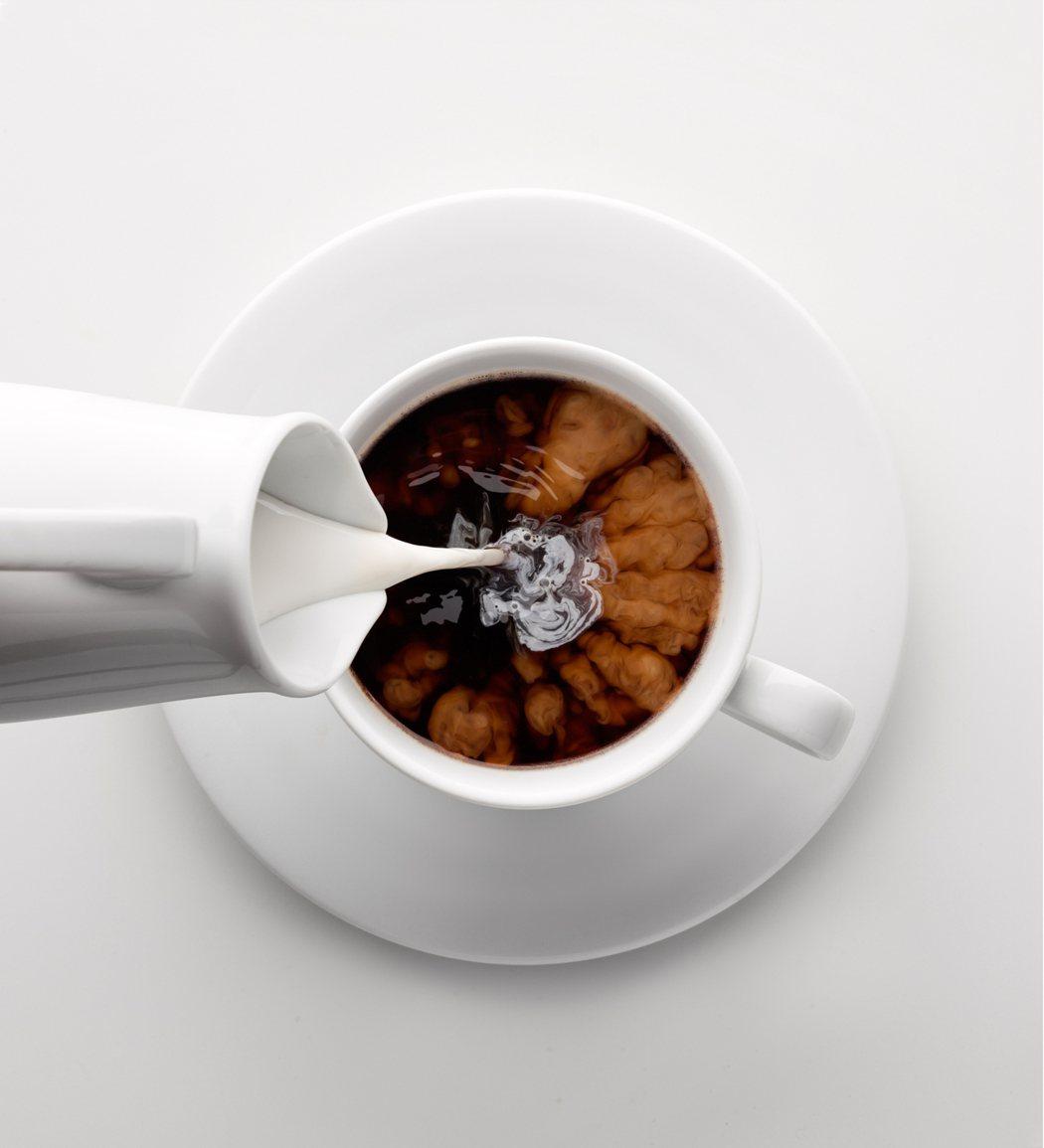 示意圖。專家表示,幾乎所有市售咖啡、手搖杯用的都是「業務用牛奶」,成本上比鮮乳相...