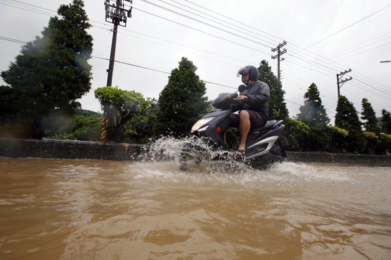 以抵抗為本的水患治理,講求的是防洪,訴求「不淹水」;以韌性為本的水患治理,講求在...