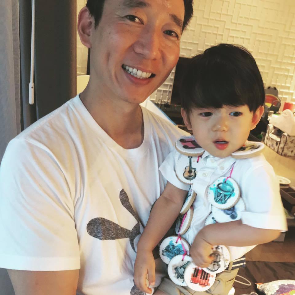 隋棠老公抱著兒子Max。 圖/擷自隋棠臉書