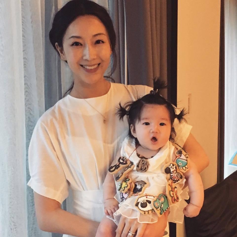 隋棠抱著女兒Lucy。 圖/擷自隋棠臉書
