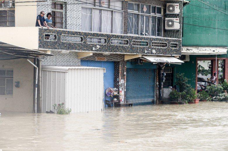 在極端氣候的現在與未來,超過防洪排水系統設計標準的暴雨會增加不會減少,淹水只會越來越頻繁。 圖/聯合報系資料照