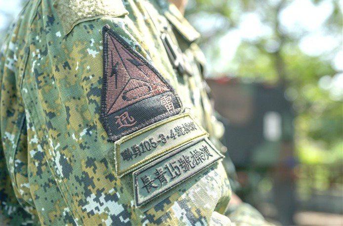 圖為長青15號軍演官兵臂章特寫。 圖/取自青年日報FB