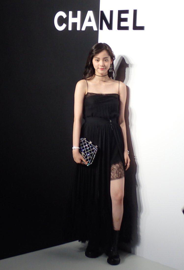 歐陽娜娜佩戴白色J12 XS腕表,出席香奈兒J12互動體驗派對。圖/記者曾智緯攝...