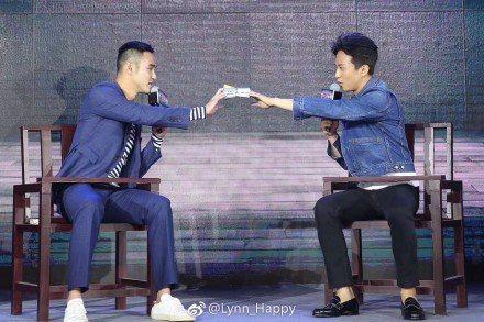 阮經天(左)被鄧超逼問有沒有喜歡過男生。圖取自微博