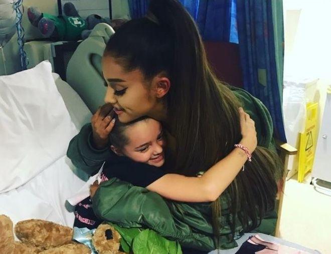 美國歌手亞莉安娜3日到院探視受傷兒童。(圖/翻攝自英國廣播公司)