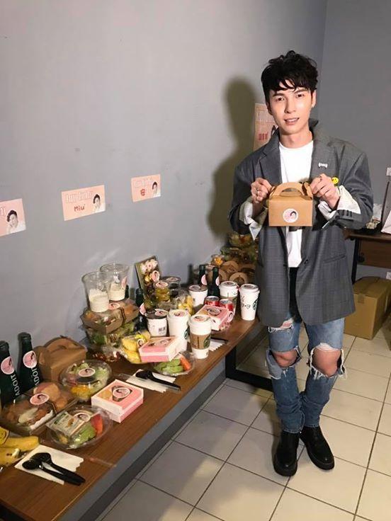 陳勢安生日音樂會現場有粉絲送上大批的食物應援。記者梅衍儂/攝影