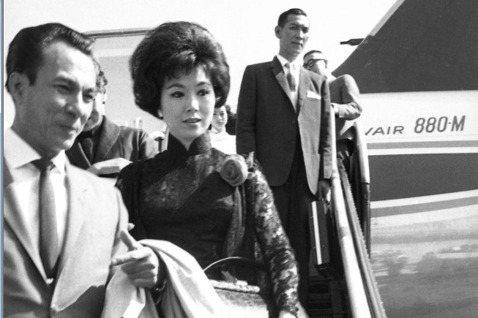 著名的粵語武俠片女王于素秋上個月中旬在舊金山去世,享壽89歲。她對香港觀眾而言有著崇高的地位,她所主演的影片至今也還常在香港電視頻道的深夜時段重播。她雖然祖籍北平、剛開始接拍粵語片到成名之後的很長一...