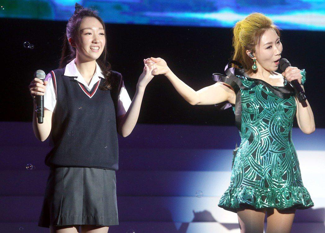 李翊君在台北舉辦「翊.往.情.深」演唱會,女兒香奈兒也登台初試啼聲,與媽媽合唱「