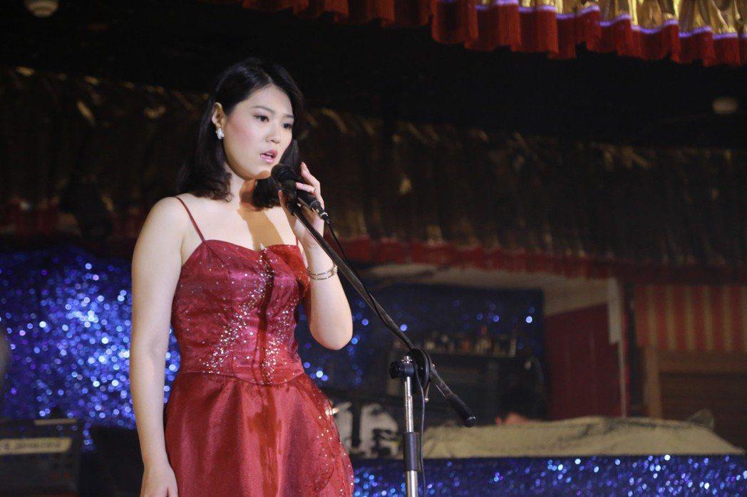 曹雅雯演出「外鄉女」飾演一心想當歌星,卻在紅包場唱歌。圖/民視提供