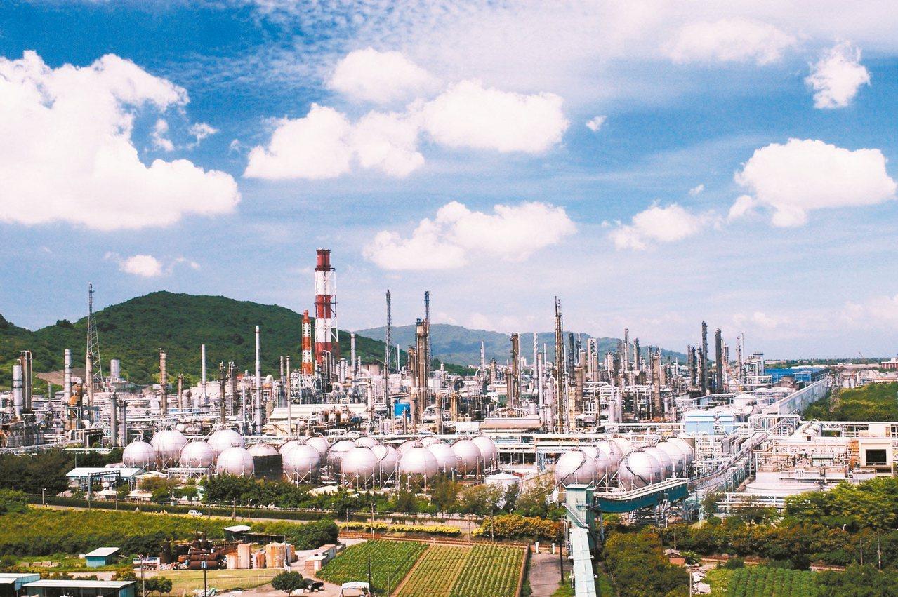 環保團體點名中油高雄煉油廠等工業廠區,將是環保署放寬工業區變更免環評的受惠者。 ...
