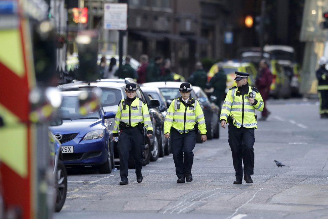 英國警方4日持續在被封鎖的倫敦橋地區內進行巡邏。 (美聯社)