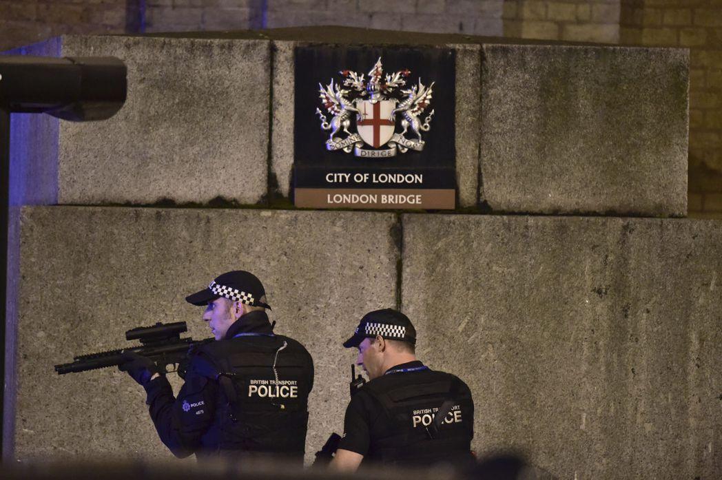 每當有重大事件發生,英國警察才會派出武裝警察出擊逮捕嫌犯,不然大部分時間是不會見...