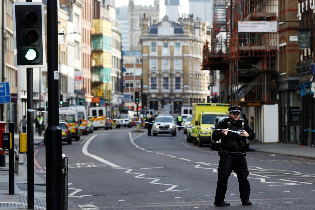 倫敦警方四日在波魯市場附近馬路拉起封鎖線。 (路透)