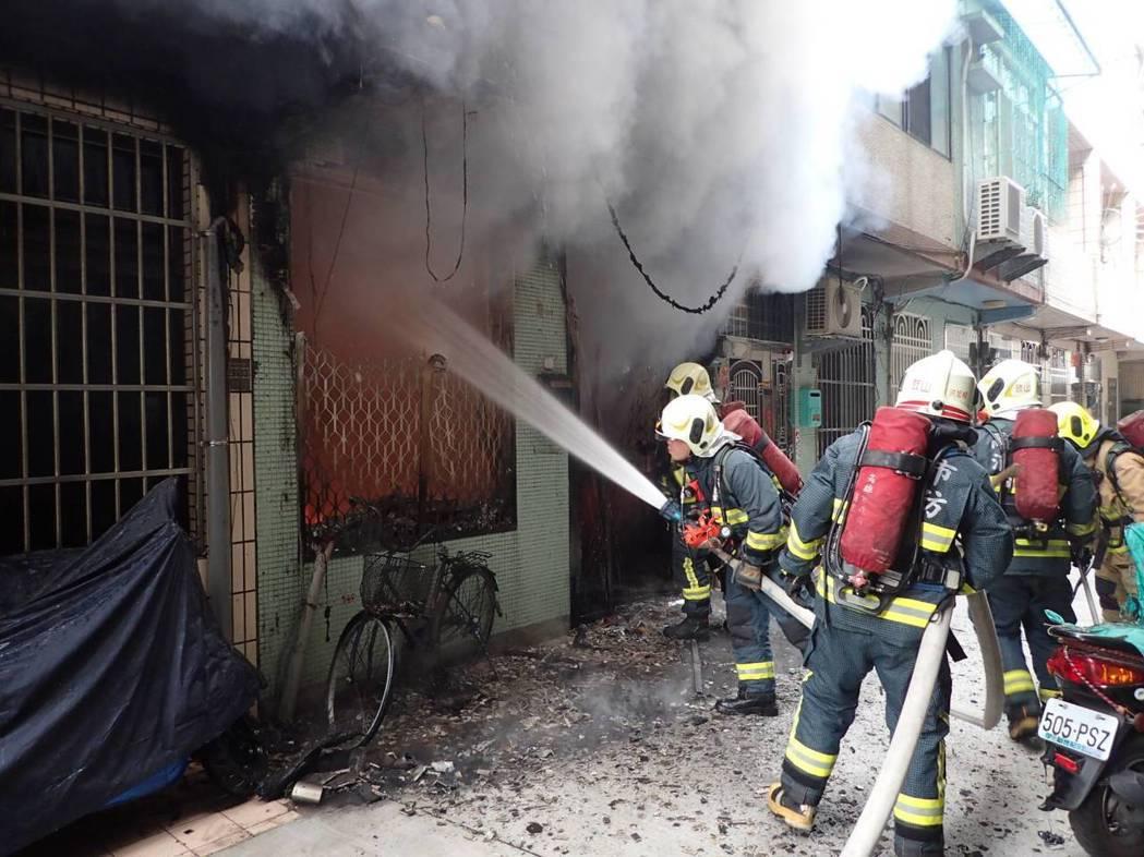 今年3月高市鼓山區河川街住宅火警,消防人員到場搶救撲滅火勢。 記者劉星君/翻攝