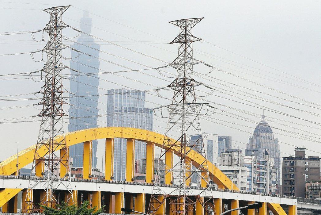 台電表示,夏月電價與家庭及小商家等低壓用戶的多元時間電價,預定6月同步實施。本報...