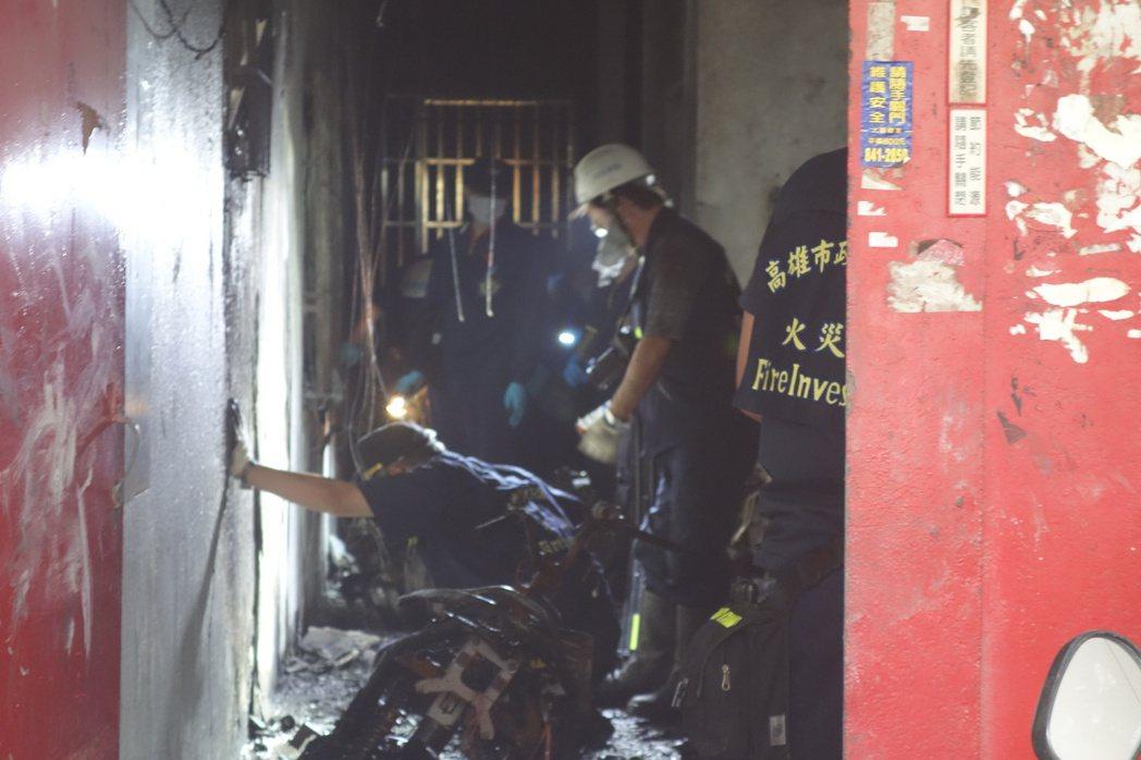 高市鳳山區福祥街大樓火警,當時火調科人員現場勘查。 圖/本報系資料照片