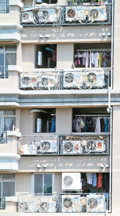 每年夏天,天氣熱,亦是用電量最高峰。家家戶戶裝冷氣情景,在都會區很常見。本報資料...