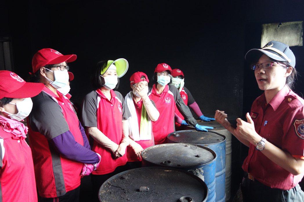 高市消防局災後訪視小組成員之一分隊長王蕙盈(右)跟婦宣隊教育訓練。 記者劉星君/...