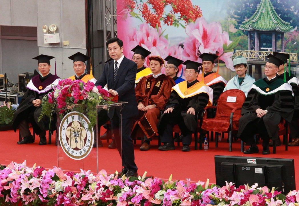 台灣大學畢業典禮邀請創新工場創辦人暨執行長李開復演講。記者黃義書/攝影