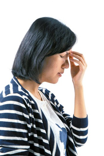 梅雨季節濕氣重,易誘發偏頭痛。 報系資料照