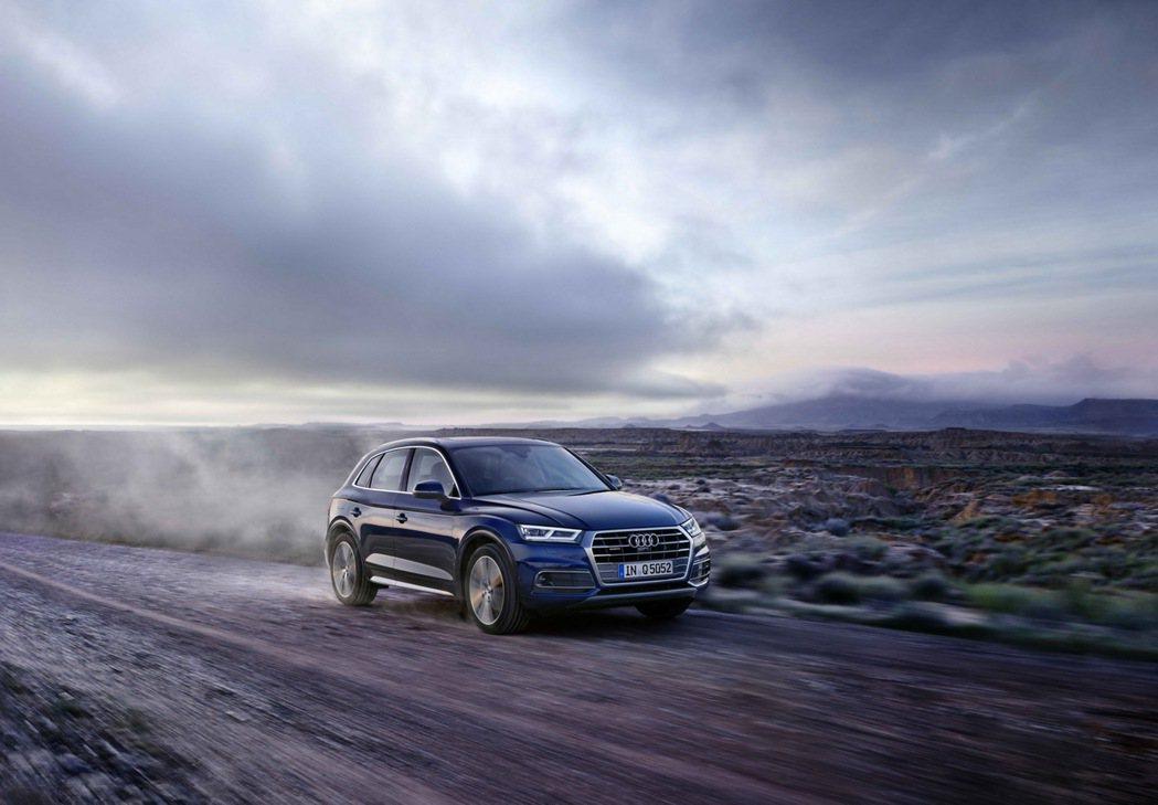 全新Audi Q5/SQ5車系擁有最新世代科技配備,並將全LED頭尾燈組列為全車...