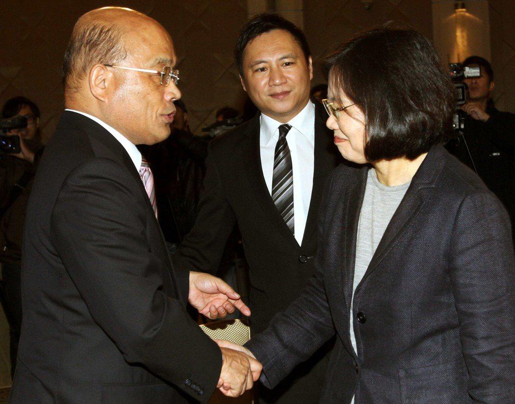 2012年底,當時的民進黨主席蘇貞昌(左)、前主席蔡英文(右)出席華人民主書院募...