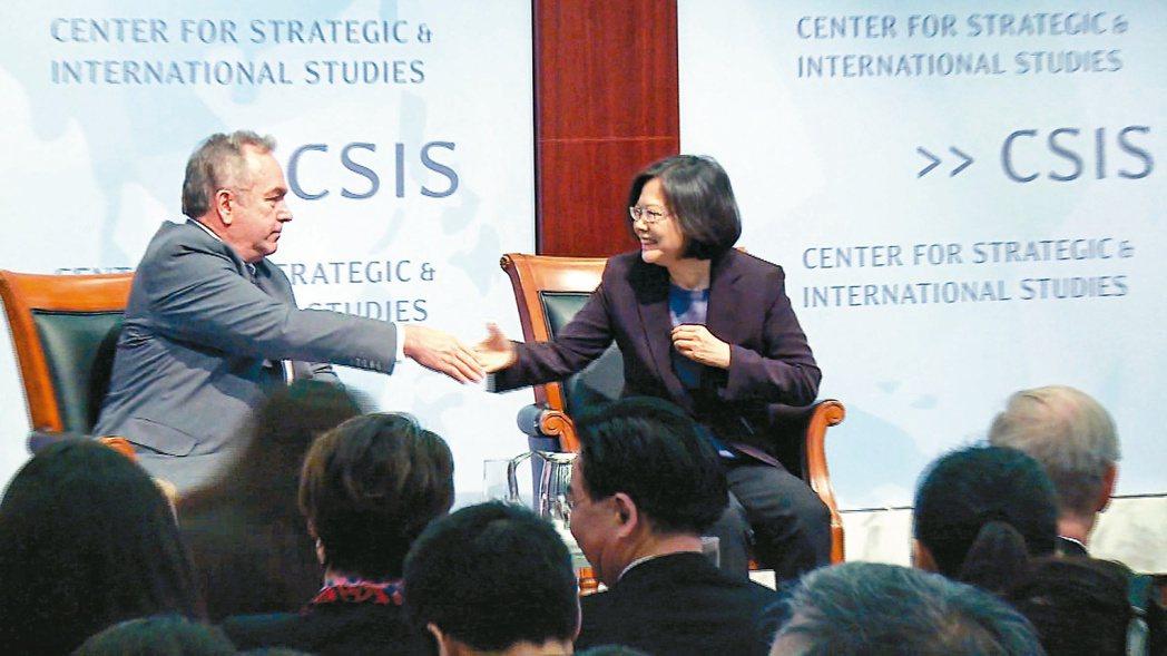2015年6月3日,民進黨主席蔡英文(右)在美國智庫發表演說,並與美國國務院前亞...