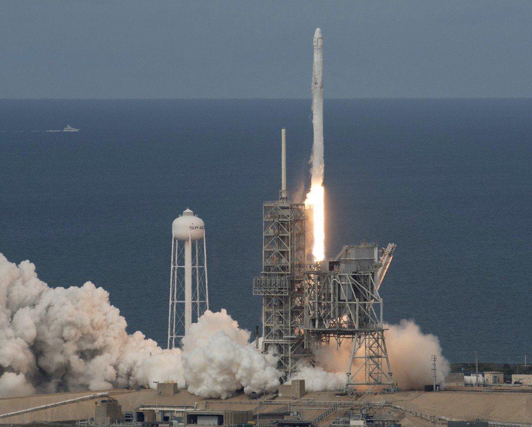 「太空探索科技公司」(SpaceX)3日首次用回收太空船「龍號」,透過「獵鷹9號...