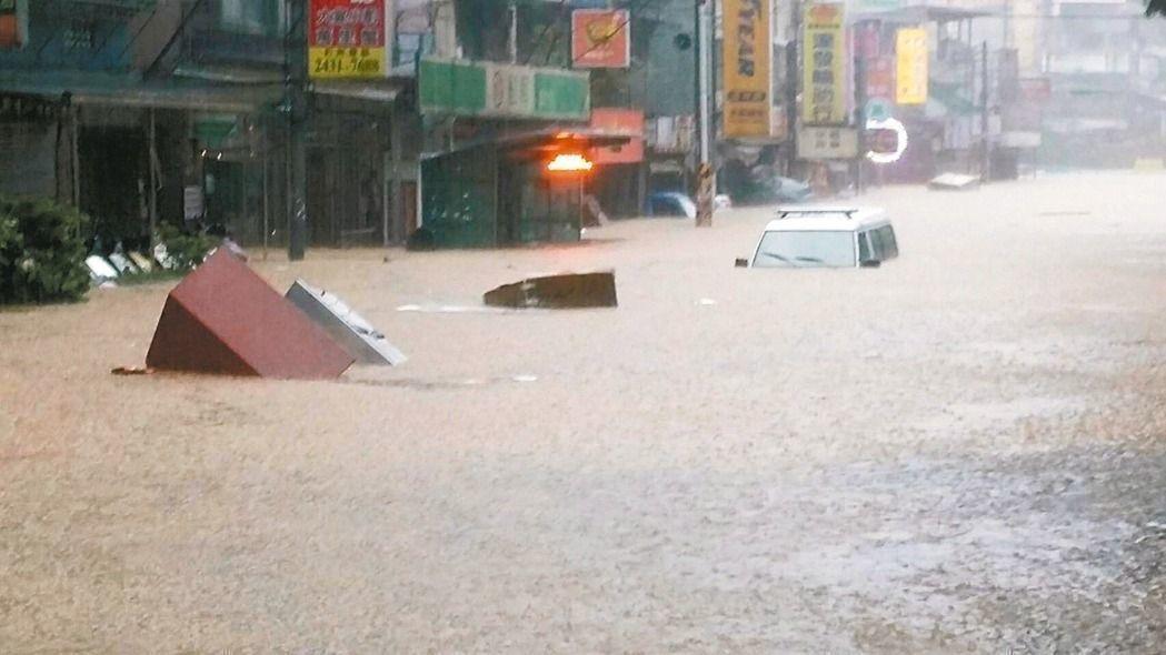 梅雨鋒面影響,近兩日全台各地豪大雨不斷,淹水災情不斷。聯合報資料照片/記者游明煌...